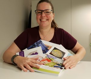 Anja med Regnskabsskolens bøger
